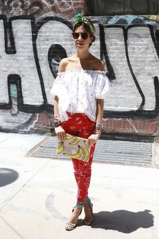 Comment porter: top à épaules dénudées á pois blanc, pantalon slim imprimé rouge, sandales à talons en cuir à clous grises, pochette imprimée beige