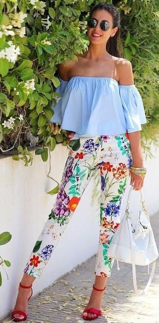 Comment porter: top à épaules dénudées bleu clair, pantalon slim à fleurs blanc, sandales à talons en daim rouges, sac bourse en cuir blanc