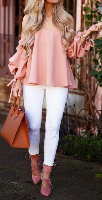 Comment porter: top à épaules dénudées rose, jean skinny blanc, escarpins en daim roses, sac fourre-tout en cuir tabac