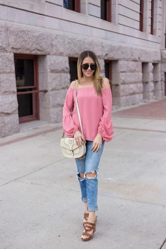Comment porter: top à épaules dénudées rose, jean skinny déchiré bleu, sandales à talons en cuir marron, sac bandoulière en cuir blanc