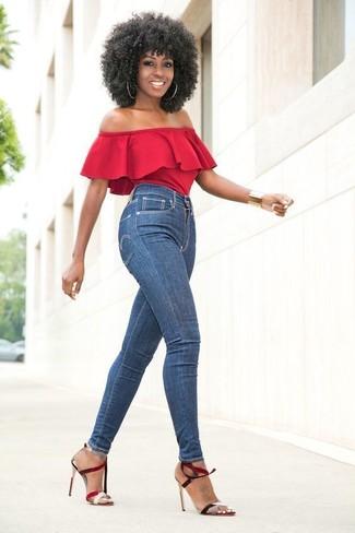Comment porter: top à épaules dénudées rouge, jean skinny bleu, sandales à talons en cuir rouges, bracelet doré