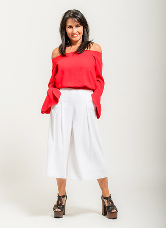 Comment s'habiller après 40 ans quand il fait très chaud: Pense à porter un top à épaules dénudées rouge et une jupe-culotte blanche pour une tenue relax mais stylée. Une paire de des sandales à talons en cuir épaisses noires est une option génial pour complèter cette tenue.
