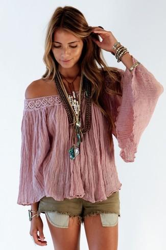 Comment porter: top à épaules dénudées rose, short en denim olive, bracelet doré, bracelet argenté