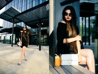 Comment porter: top à épaules dénudées noir, short noir, sandales compensées en cuir noires, sac bandoulière en cuir blanc