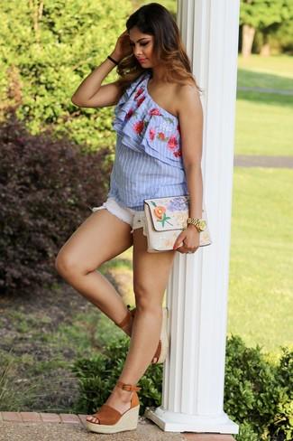 Comment porter: top à épaules dénudées à rayures verticales bleu clair, short en denim blanc, sandales compensées en daim tabac, pochette brodée beige