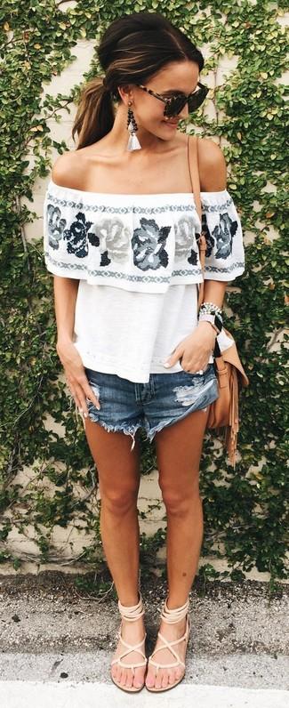 Comment porter: top à épaules dénudées à fleurs blanc, short en denim bleu marine, sandales spartiates en cuir beiges, sac bandoulière en cuir marron clair