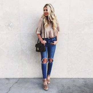 Comment porter des sandales compensées en cuir beiges: Opte pour un top court plissé beige avec un jean skinny déchiré bleu pour une tenue idéale le week-end. Ajoute une paire de des sandales compensées en cuir beiges à ton look pour une amélioration instantanée de ton style.