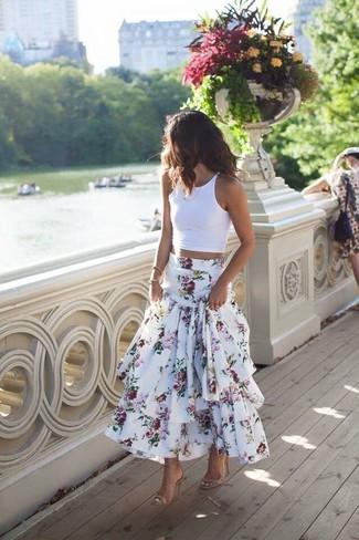 Comment porter: top court blanc, jupe longue à fleurs blanche, sandales à talons en cuir beiges