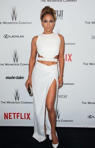 Tenue de Jennifer Lopez: Top court découpé blanc, Jupe longue fendue blanche, Escarpins en cuir blancs, Pochette argentée