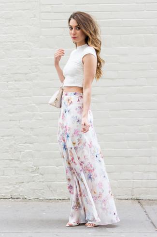 Comment porter: top court en dentelle blanc, jupe longue à fleurs blanche, sandales à talons en cuir blanches, sac à main en cuir beige