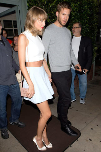 Tenue de Taylor Swift: Top court blanc, Jupe patineuse bleu clair, Escarpins en satin beiges, Sac bandoulière en cuir rose