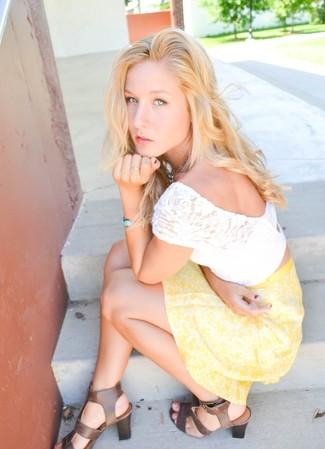 Comment porter: top court en dentelle blanc, jupe patineuse à fleurs jaune, sandales à talons en cuir marron, bracelet bleu clair