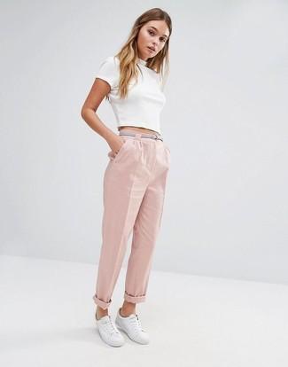 Comment porter: top court blanc, pantalon carotte rose, baskets basses blanches, ceinture en cuir grise
