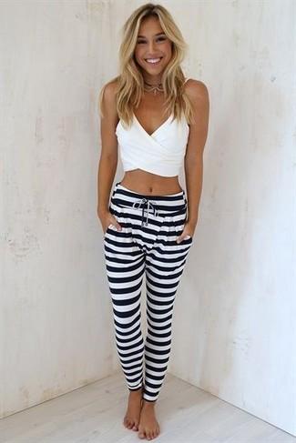213a68ab98ed77 Tenue: Top court blanc, Pantalon de jogging à rayures horizontales ...