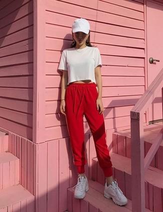 Comment porter: top court blanc, pantalon de jogging rouge, baskets basses en cuir blanches, casquette blanche