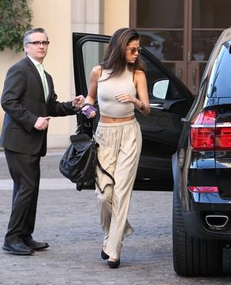 Tenue de Selena Gomez: Top court blanc, Pantalon large beige, Escarpins en daim noirs, Cartable en cuir noir