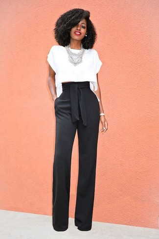 Comment porter: top court blanc, pantalon large noir, collier argenté