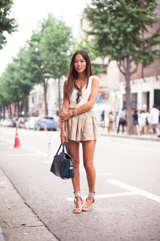 Comment porter: top court blanc, short en lin beige, sandales plates en cuir blanches, sac fourre-tout en cuir bleu marine