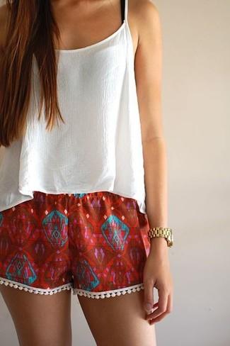 Comment porter un short bordeaux quand il fait très chaud à 30 ans: Choisis un top court en chiffon blanc et un short bordeaux pour une tenue idéale le week-end.