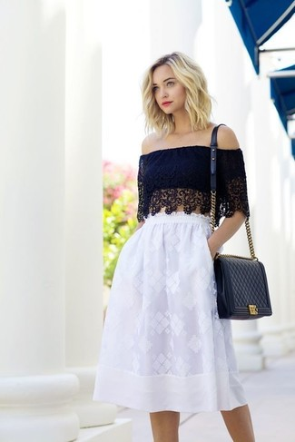 Comment porter: top court en dentelle noir, jupe évasée en dentelle blanche, sac bandoulière en cuir matelassé noir