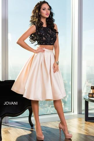 Comment porter: top court en dentelle noir, jupe évasée rose, escarpins en cuir marron clair