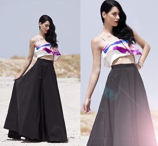 Comment porter: top court imprimé blanc et pourpre, jupe longue plissée noire