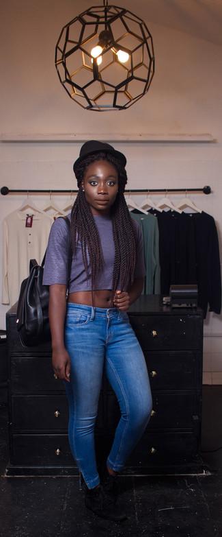 Comment porter: top court bleu marine, jean skinny bleu, bottines chukka en daim noires, sac à dos en cuir noir