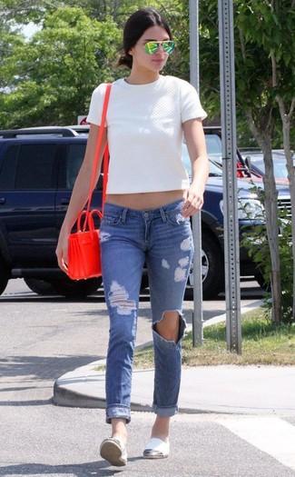 Comment porter: top court matelassé blanc, jean skinny déchiré bleu, espadrilles en toile blanches, sac bandoulière en cuir rouge