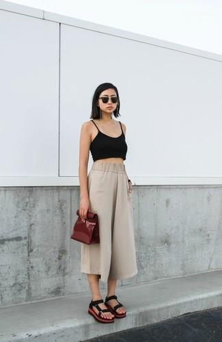 Comment porter une jupe-culotte beige: Pense à porter un top court noir et une jupe-culotte beige pour une impression décontractée. Si tu veux éviter un look trop formel, complète cet ensemble avec une paire de des sandales plates en daim noires.