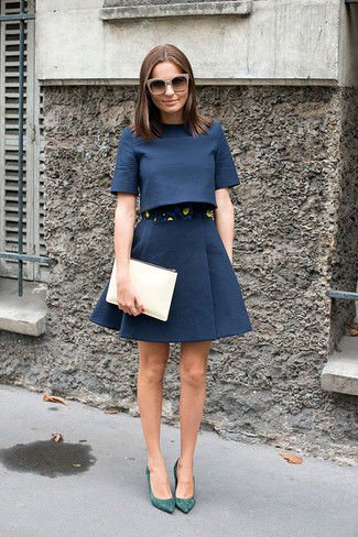 Comment porter: top court bleu marine, jupe évasée bleu marine, escarpins en daim verts, pochette en cuir beige