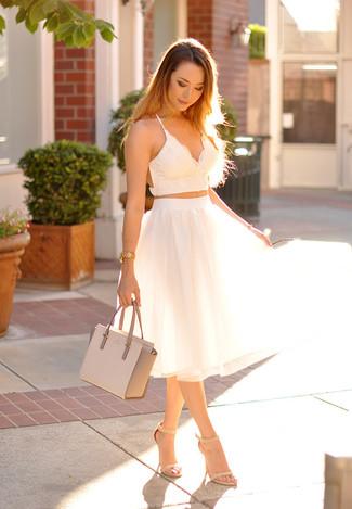 cbe2c41186d4a Comment porter  top court en dentelle blanc, jupe évasée de tulle blanche,  sandales