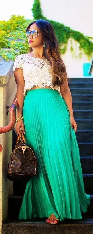 Comment porter: top court en crochet beige, jupe longue plissée verte, tongs en cuir marron clair, grand sac en cuir imprimé marron foncé