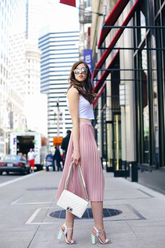 Comment porter des sandales à talons en cuir argentées: Choisis un top court blanc et une jupe mi-longue plissée rose et tu auras l'air d'une vraie poupée. Cette tenue est parfait avec une paire de des sandales à talons en cuir argentées.