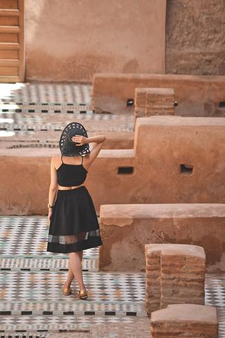 Comment porter: top court noir, jupe mi-longue en tulle noire, sandales plates en cuir dorées, chapeau de paille noir