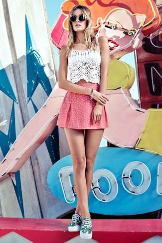 Comment porter: top court en crochet blanc, jupe patineuse á pois rose, baskets basses imprimées blanc et vert, lunettes de soleil noires