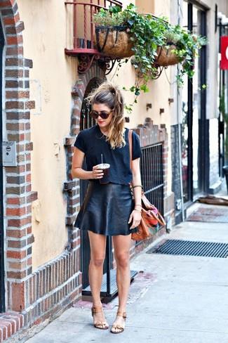 Comment porter: top court noir, jupe trapèze en cuir noire, sandales à talons en cuir marron clair, sac bandoulière en cuir brodé tabac