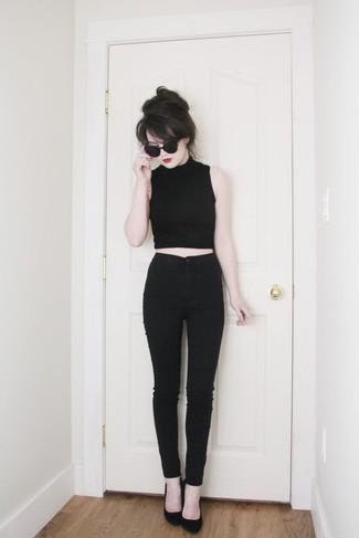 Comment porter: top court noir, jean skinny noir, escarpins en daim noirs