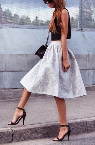 Pense à marier un top court noir avec une jupe évasée argentée pour une tenue raffinée mais idéale le week-end. D'une humeur créatrice? Assortis ta tenue avec une paire de des sandales à talons en cuir noires.
