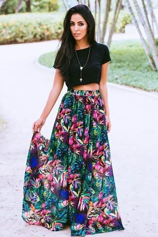 Comment porter: top court noir, jupe longue à fleurs multicolore, pendentif orné de perles noir