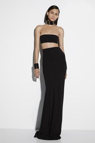 Comment porter: top court noir, jupe longue plissée noire, collier en cuir noir, bracelet en cuir noir
