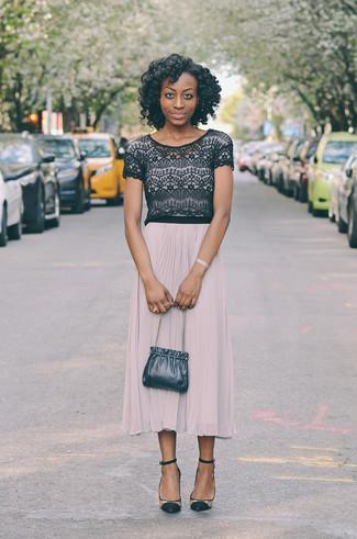 Comment porter: top court en dentelle noir, jupe mi-longue plissée beige, escarpins en daim transparents, sac bourse en cuir bleu marine