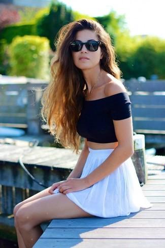 Comment porter: top court noir, jupe patineuse blanche, lunettes de soleil noires