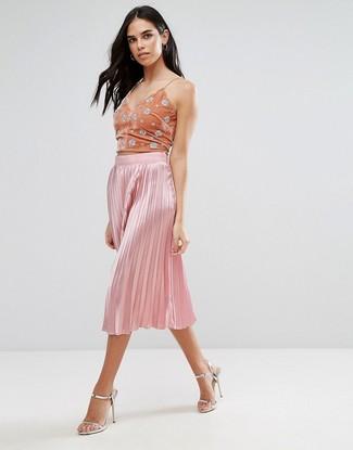 Comment porter: top court orné orange, jupe mi-longue plissée rose, sandales à talons en cuir argentées