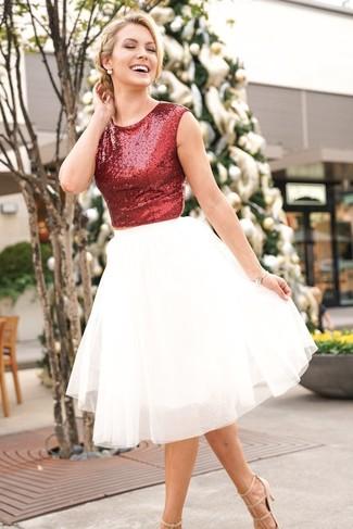 Essaie de marier un top court pailleté rouge avec une jupe évasée de tulle blanche pour créer un style chic et glamour. D'une humeur audacieuse? Complète ta tenue avec une paire de des escarpins en cuir beiges Gucci.