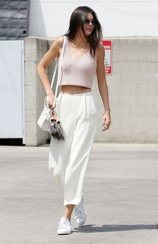 Tenue de Kendall Jenner: Top court rose, Pantalon large blanc, Baskets basses blanches, Sac bandoulière en cuir blanc