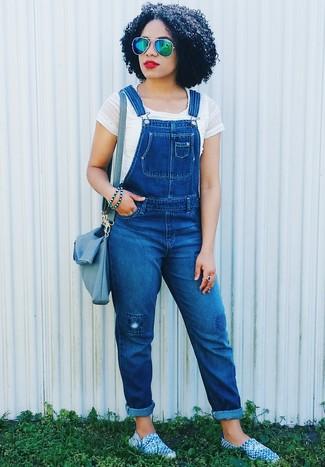 Comment porter: top court blanc, salopette en denim bleue, espadrilles bleues, sac bandoulière en cuir bleu