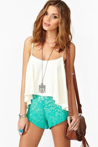 Comment porter: top court en chiffon blanc, short en dentelle vert menthe, sac bandoulière en cuir marron, pendentif argenté