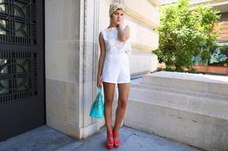 Comment porter: top court en crochet blanc, short blanc, sandales à talons en cuir fuchsia, sac fourre-tout en cuir turquoise