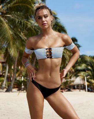 Comment porter: top de bikini à rayures horizontales blanc et noir, bas de bikini noir, bracelet multicolore