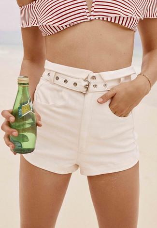Comment porter: top de bikini à rayures horizontales blanc et rouge, short blanc